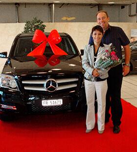 Suzanne et Christian reçoivent leur voiture offerte par LR Health and Beauty