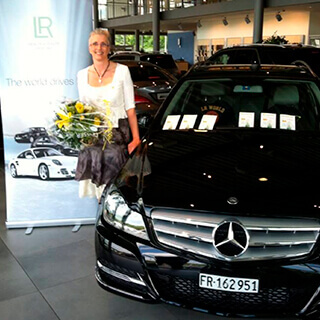 Veronique reçoit sa voiture mercedes offerte par LR Health and Beauty